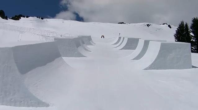 Construir um halfpipe de neve com padrão Olímpico: aproximadamente 7 metros de altura e 170 metros de comprimento. Deixar que o PRO Simon Dumont, o freeskier com o recorde mundial em altura e ousadia no...