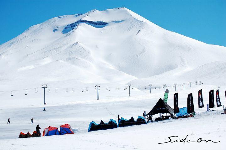 Cortesia: Snowkite Fest – Vulcão Lonquimay O time da Side On realizou na semana entre os dias 5 e 11 de setembro 2011 o primeiro snowkite festival de Chile. Ambientado no majestoso cenário oferecido pelo...