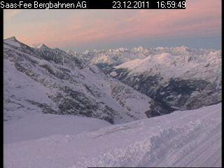 Cortesia Saas Fee (SUI) – Webcam data 23-12-2011 Visto que estou oficialmente de férias, continuo monitorando (e compartilhando…) a condição da neve neste inverno do hemisfério boreal. Atualmente estou curtindo a neve presente nos Alpes...