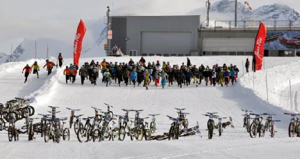 Downhill de bike é já um belo desafio, mas na neve e com boa parte do percurso gelado é uma experiência que todos os addicted deveriam experimentar pelo menos uma vez!! A Saas-Fee (SUI) isso...