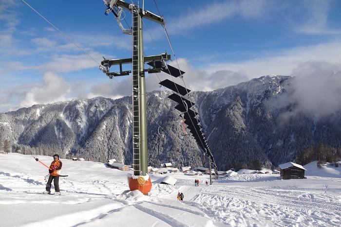 Tenna (SUI) é uma comunidade alpina localizada acerca de importantes localidades turísticas, como St. Moritz (SUI) e Davos (SUI), na região do Cantão Grisões (SUI) e conta com quase 100 habitantes. É uma vila pequena...