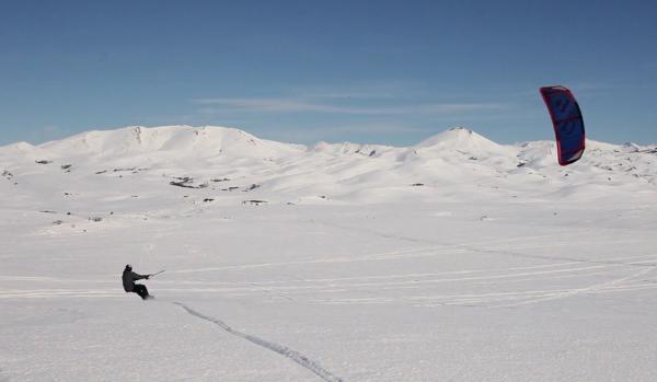 Rems – Western Prospect from Remi Meum on Vimeo. O snowkiter norueguês Remi Meum, um dos melhores atletas do mundo, é o protagonista de Western Prospect, um belo vídeo realizado por Morten Gjerstad, durante esta...