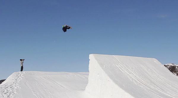 Mais um impressionante triple rodeo 1440 com snowboard está conquistado. O rider norueguês Jorn Simen Aaboe o realizou oficialmente alguns dias atrás na estação de esqui de Vierli (NOR), mas até agora a notícia não...