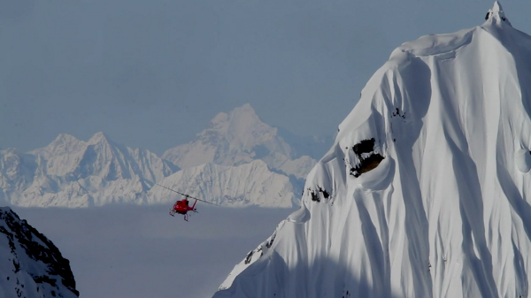 O Alasca é sem duvida nenhuma a Meca do powder e do freeride extremo e o experiente PRO snowboarder Xavier de Le Rue decidiu ajudar o seu próprio irmão mais novo, o Victor, a descobrir...
